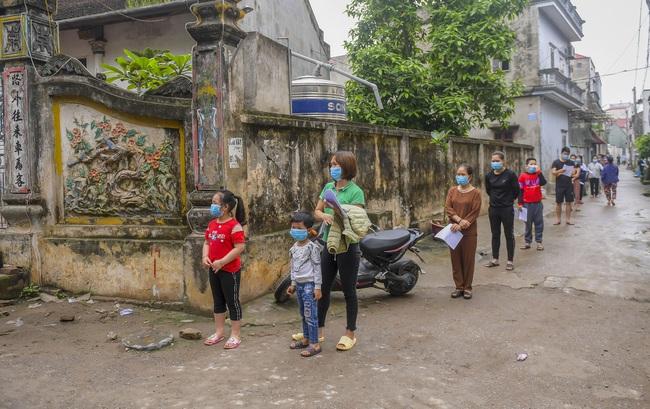 Hà Nội test nhanh hơn 1.300 người dân khu vực bệnh nhân 266 cư trú - Ảnh 9.