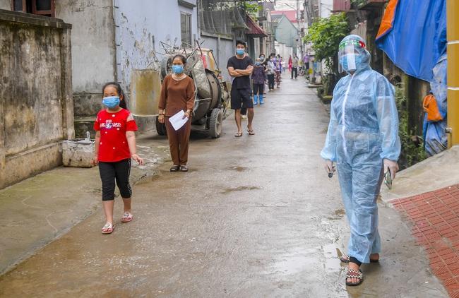 Hà Nội test nhanh hơn 1.300 người dân khu vực bệnh nhân 266 cư trú - Ảnh 1.