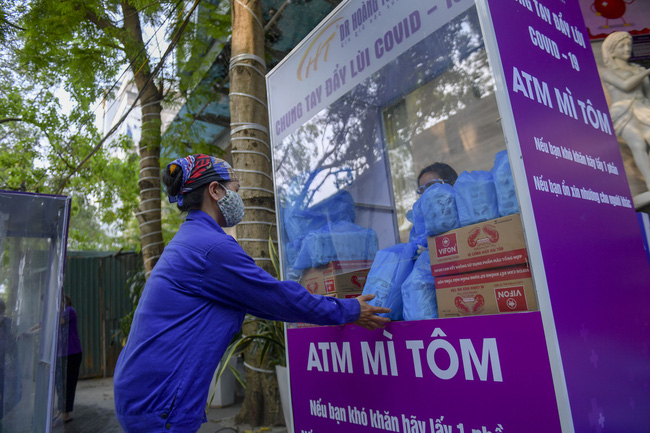 """Sau """"ATM gạo"""", bác sĩ mở """"ATM mì tôm"""" phát 100.000 suất quà cho người nghèo - Ảnh 10."""