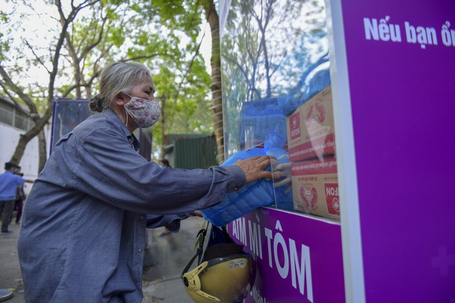 """Sau """"ATM gạo"""", bác sĩ mở """"ATM mì tôm"""" phát 100.000 suất quà cho người nghèo - Ảnh 2."""