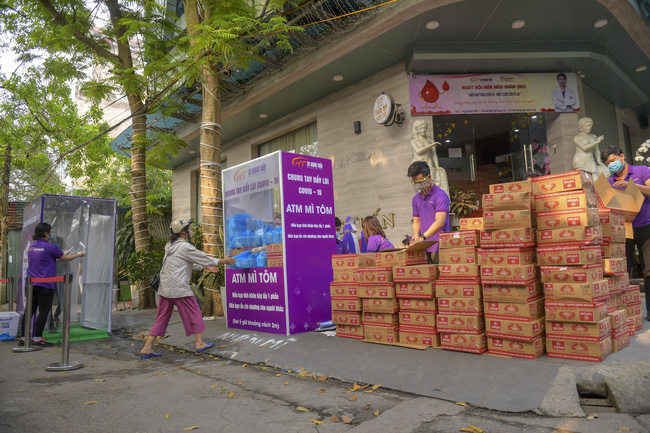"""Sau """"ATM gạo"""", bác sĩ mở """"ATM mì tôm"""" phát 100.000 suất quà cho người nghèo - Ảnh 1."""
