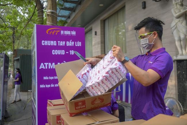 """Sau """"ATM gạo"""", bác sĩ mở """"ATM mì tôm"""" phát 100.000 suất quà cho người nghèo - Ảnh 7."""