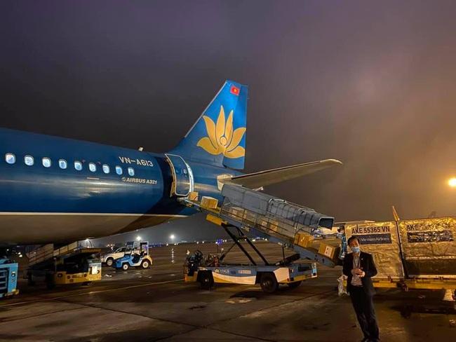 Vietnam Airlines vận chuyển trang thiết bị y tế của Chính phủ Việt Nam viện trợ Lào và Campuchia  - Ảnh 1.