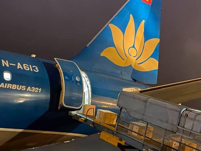 Vietnam Airlines vận chuyển trang thiết bị y tế của Chính phủ Việt Nam viện trợ Lào và Campuchia  - Ảnh 3.