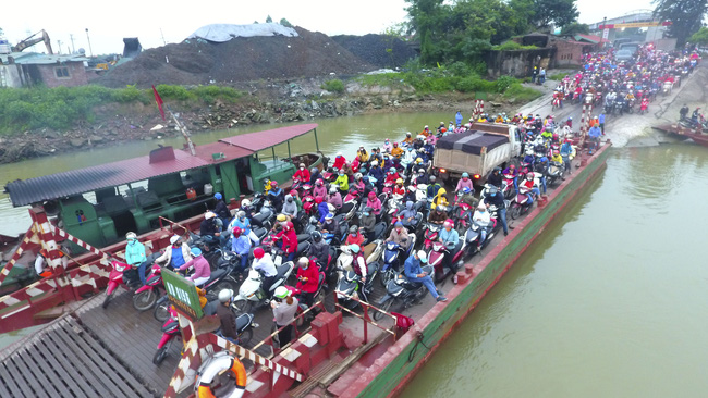 Hải Dương: Bất chấp lệnh cách ly xã hội, hàng ngàn người chen chúc đi đò giữa dịch Covid-19 - Ảnh 1.