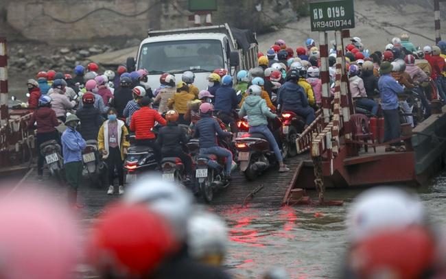 Hải Dương: Bất chấp lệnh cách ly xã hội, hàng ngàn người chen chúc đi đò giữa dịch Covid-19 - Ảnh 2.