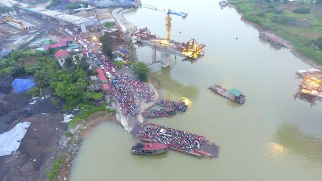 Hải Dương: Bất chấp lệnh cách ly xã hội, hàng ngàn người chen chúc đi đò giữa dịch Covid-19 - Ảnh 8.
