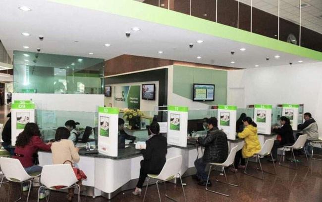 Vietcombank: Lợi nhuận giảm, nợ xấu tăng, có nên mua vào - Ảnh 1.