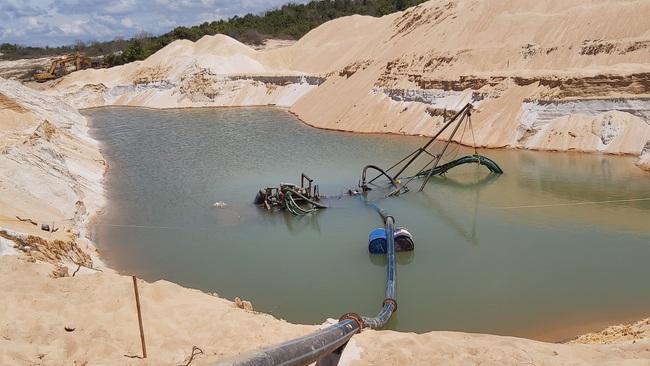 Hai lãnh đạo UBND trực tiếp ra hiện trường bắt khai thác cát trái phép - Ảnh 3.