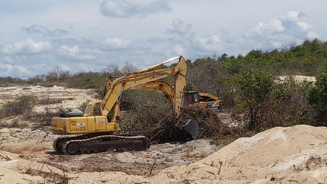 Hai lãnh đạo UBND trực tiếp ra hiện trường bắt khai thác cát trái phép - Ảnh 2.