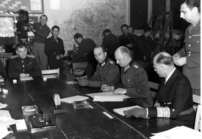 Vì sao Đức hai lần đầu hàng sau khi bại trận trong Thế chiến 2 - Ảnh 1.
