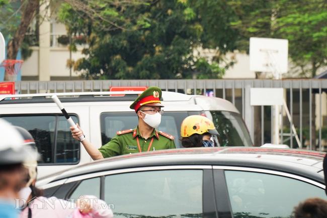 Học sinh tiểu học háo hức quay trở lại trường sau thời gian dài nghỉ dịch - Ảnh 3.