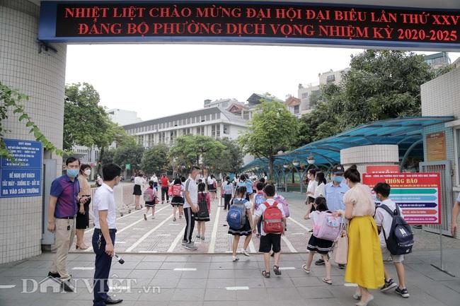 Học sinh tiểu học háo hức quay trở lại trường sau thời gian dài nghỉ dịch - Ảnh 1.