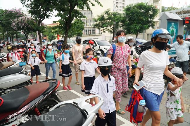 Học sinh tiểu học háo hức quay trở lại trường sau thời gian dài nghỉ dịch - Ảnh 2.