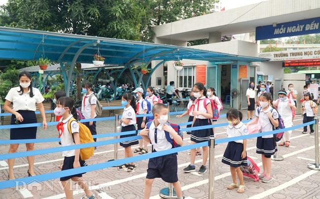 Học sinh tiểu học háo hức quay trở lại trường sau thời gian dài nghỉ dịch - Ảnh 6.