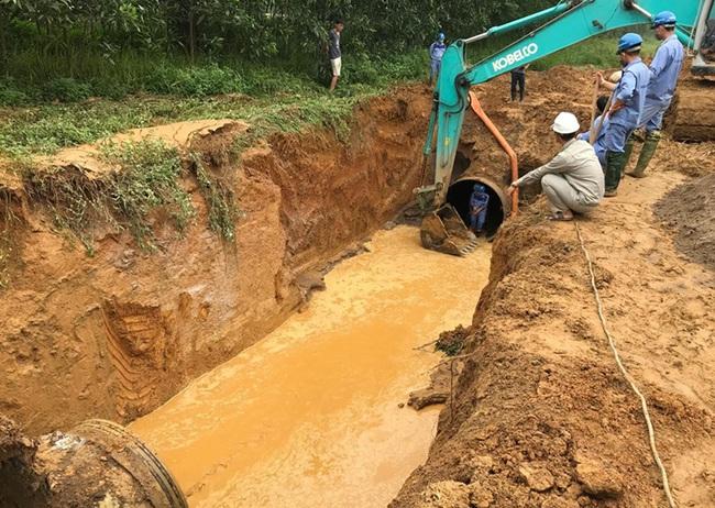 Viwasupco vừa lo vỡ đường ống, đường ống nước sông Đà vỡ ngay - Ảnh 1.