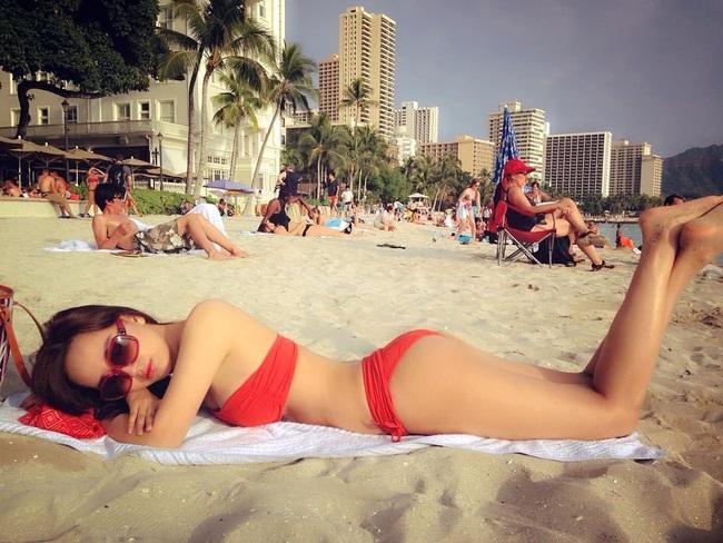 """Mai Phương Thúy hiếm hoi mặc bikini khoét sâu """"đốt mắt"""", trở lại dẫn đầu hội mỹ nhân quyến rũ - Ảnh 11."""