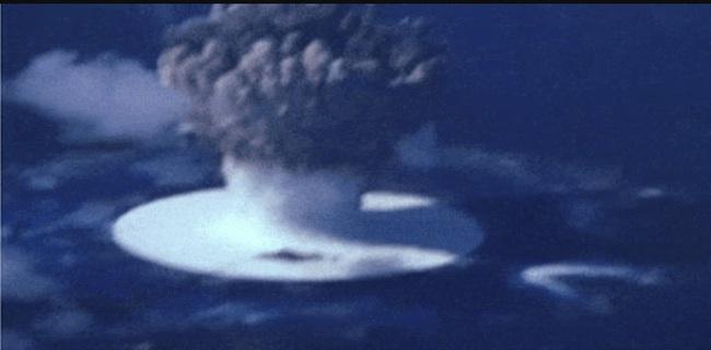 Kinh ngạc tàu sân bay Mỹ sống sót sau khi dính bom nguyên tử - Ảnh 1.