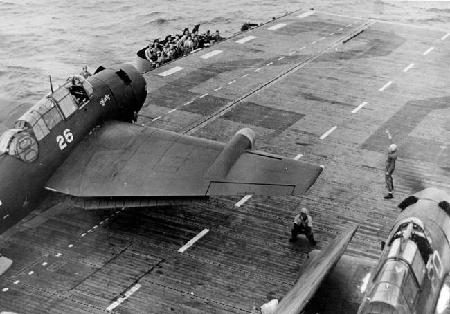 Kinh ngạc tàu sân bay Mỹ sống sót sau khi dính bom nguyên tử - Ảnh 10.