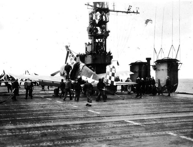 Kinh ngạc tàu sân bay Mỹ sống sót sau khi dính bom nguyên tử - Ảnh 11.