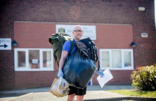 Giáo viên đi bộ 10km mỗi ngày mang thức ăn miễn phí và bài tập cho học sinh trong thời gian nghỉ dịch - Ảnh 1.