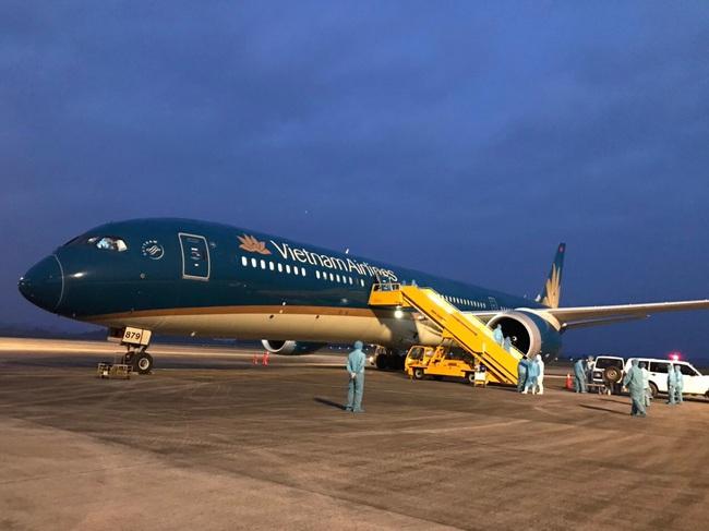 Chuyến bay đầu tiên từ Nga đón 345 người Việt hạ cánh xuống sân bay Vân Đồn - Ảnh 1.