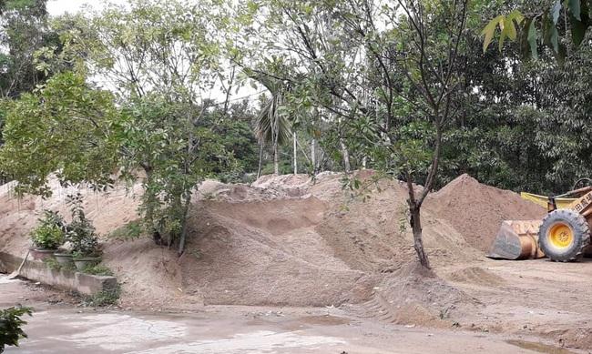 """Sau chỉ đạo của Chủ tịch tỉnh, bãi tập kết cát không phép vẫn """"thách thức""""   - Ảnh 1."""