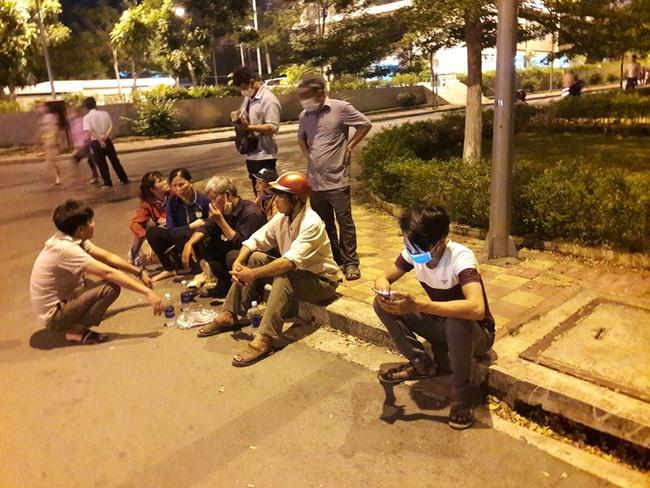 Sập tường làm 10 người chết ở Đồng Nai: Lật từng viên gạch tìm nạn nhân mất tích - Ảnh 1.