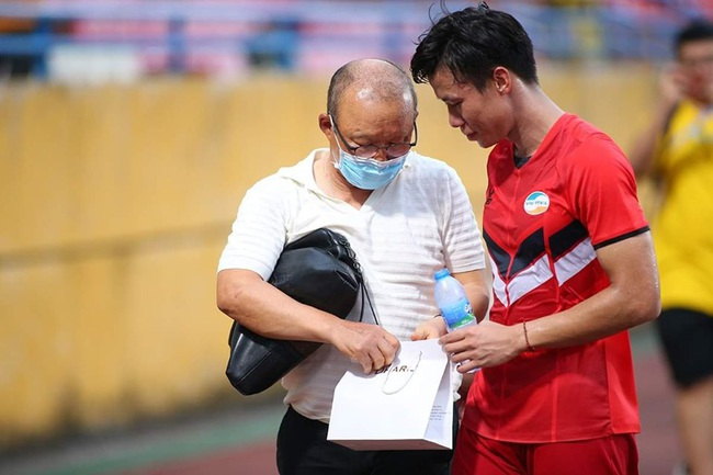 HLV Park Hang-seo xuống sân Hàng Đẫy tặng quà Quế Ngọc Hải - Ảnh 8.