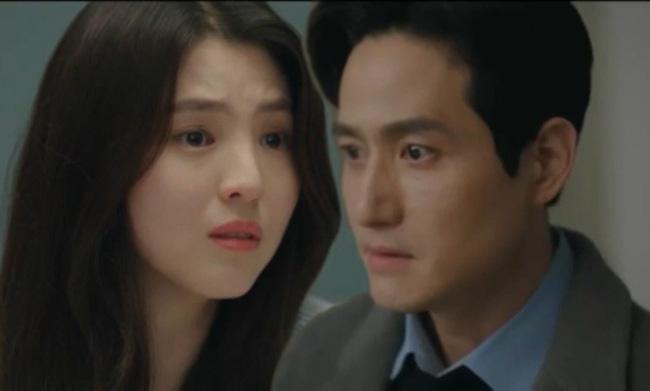 Da Kyung chất vấn Lee Tae Oh về việc anh từng ngủ với vợ cũ.