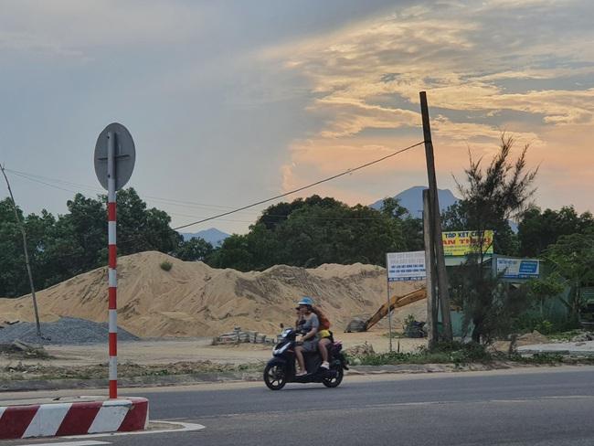 Đà Nẵng: Nhiều bãi tập kết cát công khai hoạt động sai quy định - Ảnh 1.