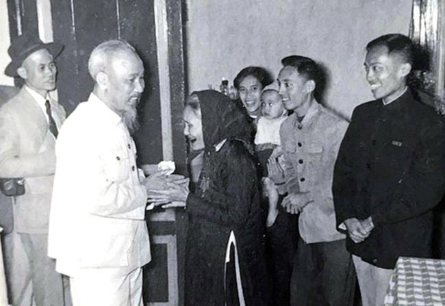 Chủ tịch Hồ Chí Minh:  Dựa vào ý kiến của dân mà sửa chữa cán bộ và tổ chức  - Ảnh 1.