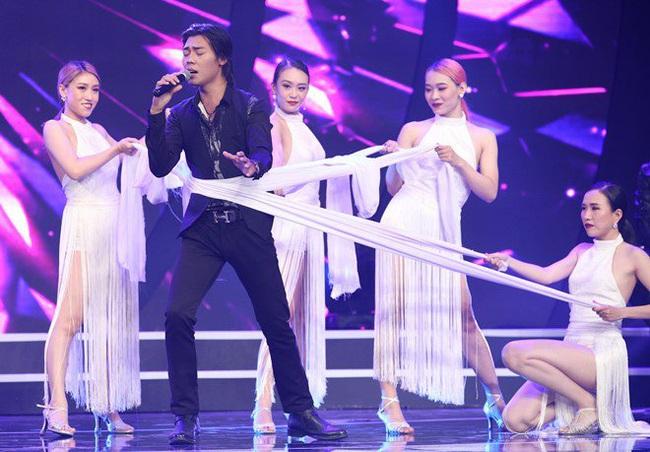 """Trấn Thành bị bốn vũ công siết cổ """"đánh ghen"""" trên sóng truyền hình - Ảnh 1."""