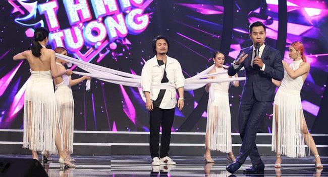 """Trấn Thành bị bốn vũ công siết cổ """"đánh ghen"""" trên sóng truyền hình - Ảnh 2."""