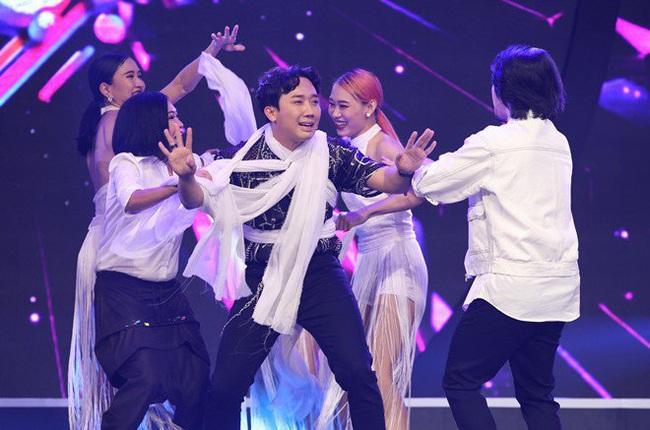 """Trấn Thành bị bốn vũ công siết cổ """"đánh ghen"""" trên sóng truyền hình - Ảnh 3."""
