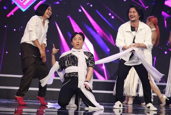"""Trấn Thành bị bốn vũ công siết cổ """"đánh ghen"""" trên sóng truyền hình - Ảnh 4."""