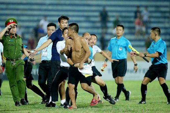 5 vụ CĐV rượt đánh trọng tài chấn động bóng đá Việt Nam - Ảnh 1.