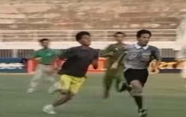 5 vụ CĐV rượt đánh trọng tài chấn động bóng đá Việt Nam - Ảnh 2.