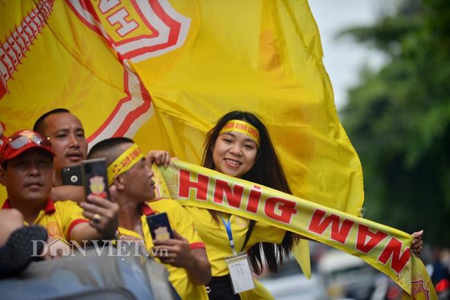 Hàng trăm CĐV Nam Định diễu hành trước trận gặp HAGL - Ảnh 3.