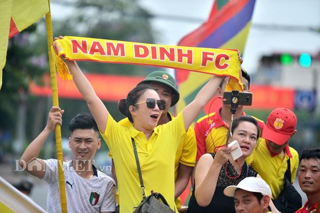 Hàng trăm CĐV Nam Định diễu hành trước trận gặp HAGL - Ảnh 2.