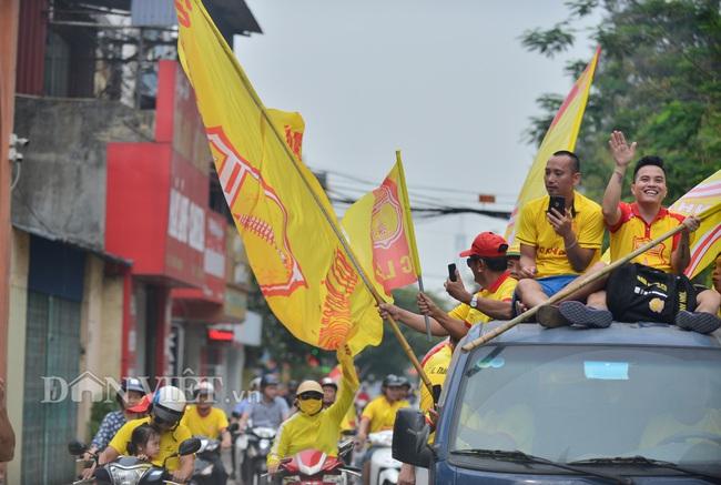 Hàng trăm CĐV Nam Định diễu hành trước trận gặp HAGL - Ảnh 1.