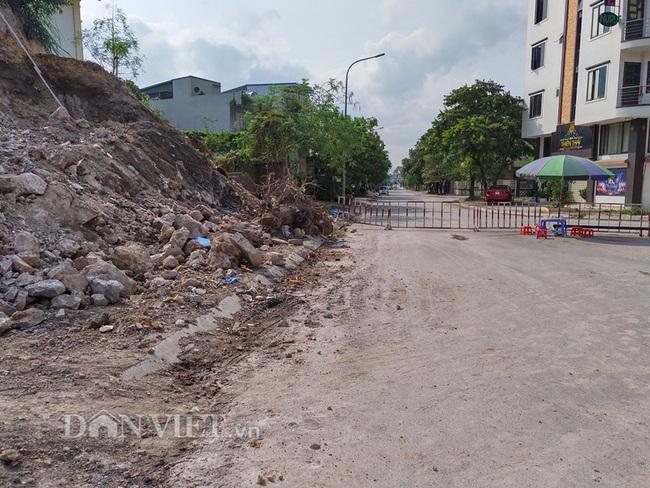 Quảng Ninh: Mưa lớn, sập bờ kè đang xây, 7 hộ dân bị uy hiếp - Ảnh 3.