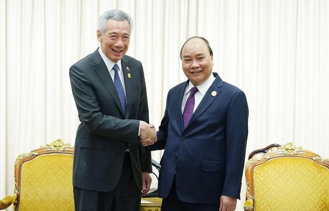 Hai Thủ tướng Nguyễn Xuân Phúc và Lý Hiển Long điện đàm: Singapore sẽ nhập khẩu gạo Việt Nam lâu dài - Ảnh 1.