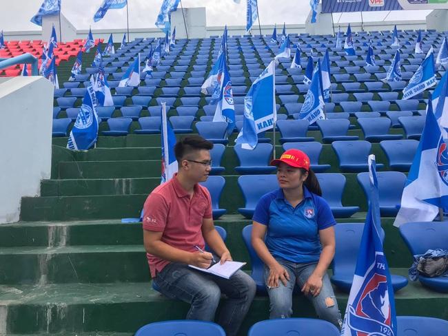 """Nữ CĐV """"Bay lên trời"""" tiếp lửa đặc biệt cho Than Quảng Ninh đấu Nam Định  - Ảnh 2."""