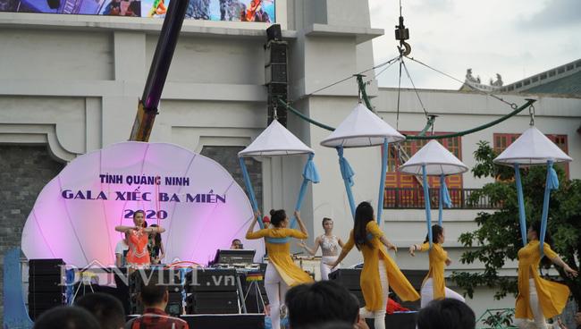"""Quảng Ninh: Đường phố hóa """"rạp xiếc"""", ngàn người thích thú vây quanh xem - Ảnh 1."""