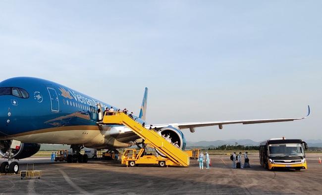 Sân bay Vân Đồn đón thêm 224 công dân có hoàn cảnh đặc biệt trở về từ vùng dịch - Ảnh 1.