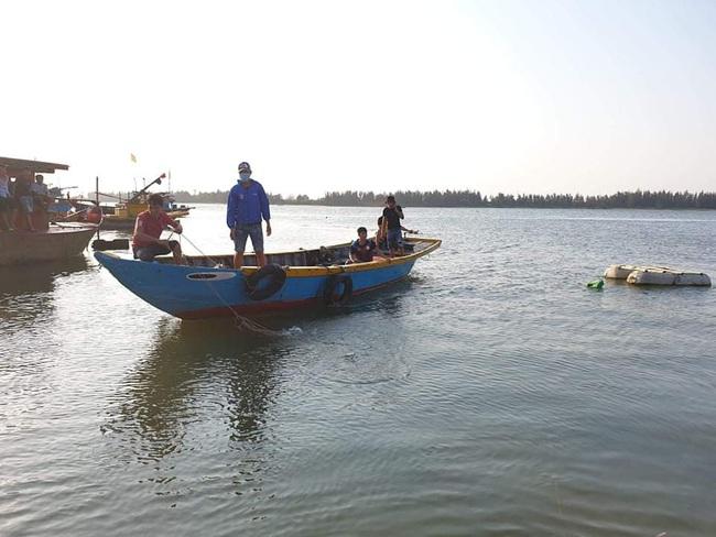 Khẩn trương tìm 5 người mất tích trong vụ chìm ghe ở Quảng Nam - Ảnh 1.