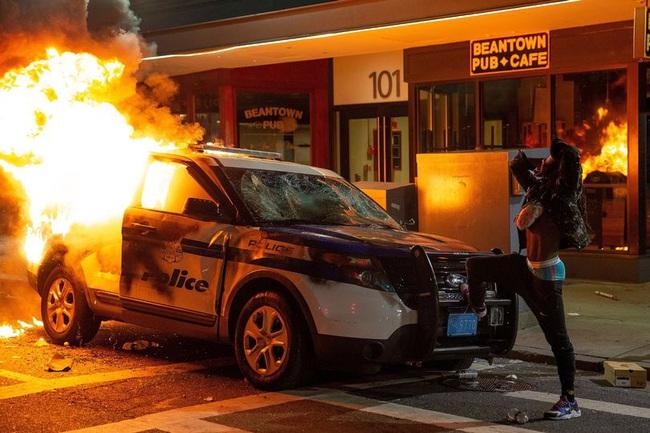 Ảnh biểu tình George Floyd: Nước Mỹ lại bùng cháy - Ảnh 2.
