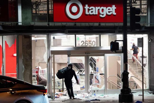 """Bạo lực, cướp bóc ở xứ cờ hoa: Apple và nhiều nhà bán lẻ Mỹ vội vã đóng cửa """"lánh nạn"""" - Ảnh 1."""