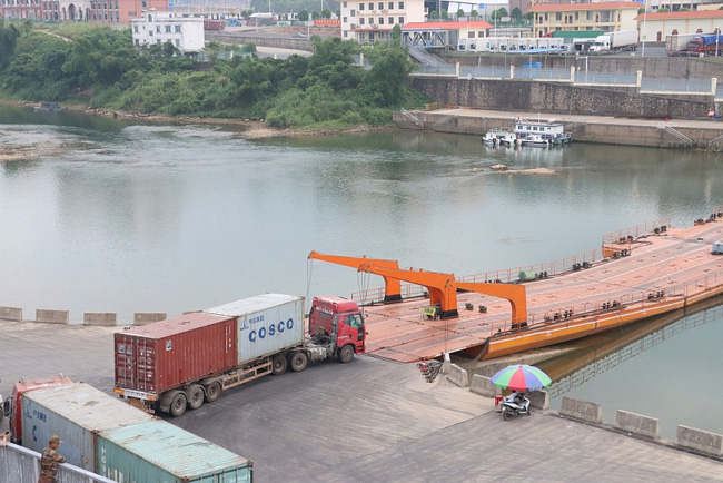 Trung Quốc kéo dài thêm 2 giờ thông quan qua cầu phao Km3+4 Móng Cái - Ảnh 1.
